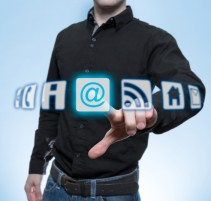 Mann berührt Virtuelles e-mail Icon